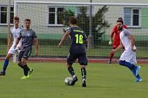 Soběslavští fotbalisté porazili ve čtvrtém divizním kole Cheb 3:0, i když hráli víc než hodinu o deseti bez vyloučeného Petra Bouchala. Na snímku v bílém zleva Ondřej Boucník a autor první branky Spartaku Aleš Kutner.