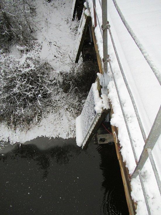 Systém Smart Timber Bridge je monitorovací zařízení, které hlídá statickou bezpečnost dřevěných mostů, jejich případné přetížení nebo počínající poruchy.