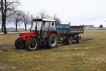 Pachatel odjel s traktorem ze zemědělského objektu z Lomu