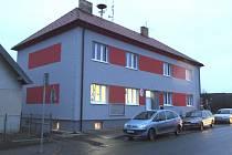 Obecní úřad v Košicích dostal letos nový kabát, budova byla zateplena a pyšní se i barevnou fasádou.