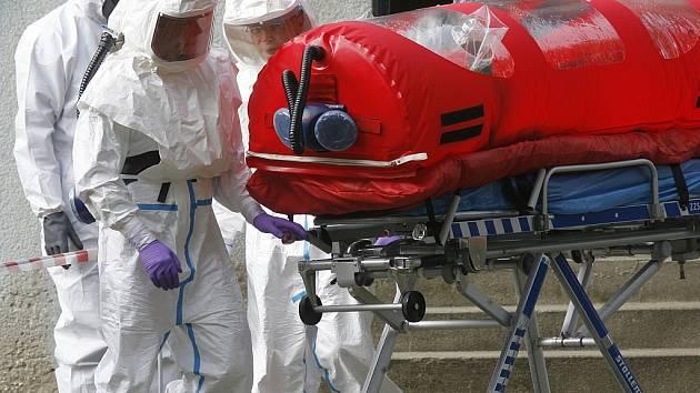 BIOVAK. Rizikový pacient nesmí přijít do styku s vnějším prostředím. Do nemocnice jej Biohazard tým poveze ve speciálním biovaku.
