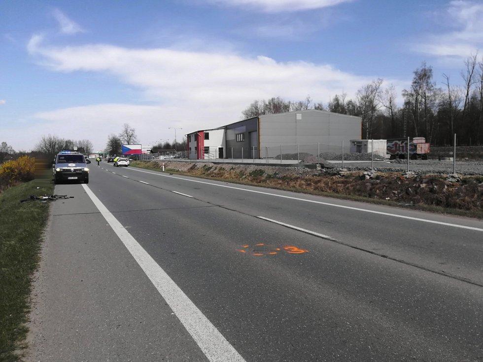 Snímky z místa kolize osobního auta s cyklistou na Táborsku, která má tragické následky.