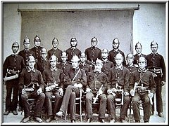 RADENÍNŠTÍ HASIČI. V takovém složení začínal Sbor dobrovolných hasičů v Radeníně v roce 1876 .
