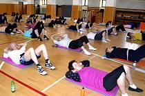 Cvičení pro seniory patří v táborské sokolovně mezi vůbec nejnavštěvovanější. Každý týden si tu dává do těla více než sedmdesátka lidí ve věku od 55 do 90 let. Vede je energická cvičitelka Anna Veselá.