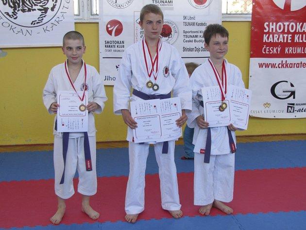 Velmi úspěšní byli na krajských přeborech mladší žáci Karate-P-Klubu. Na snímku zleva Petr Holoubek, Adam Flemr a Ondřej Polanecký.