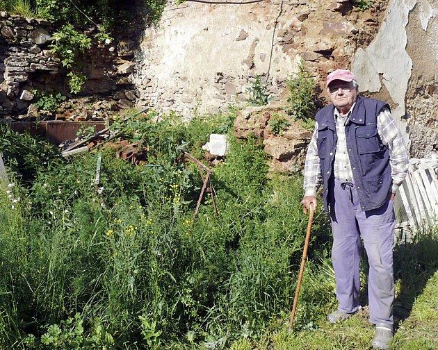 VÁCLAV HAVLENA v místech, kde ještě loni stávala stodola. Kvůli vodě se stavení sesunulo.