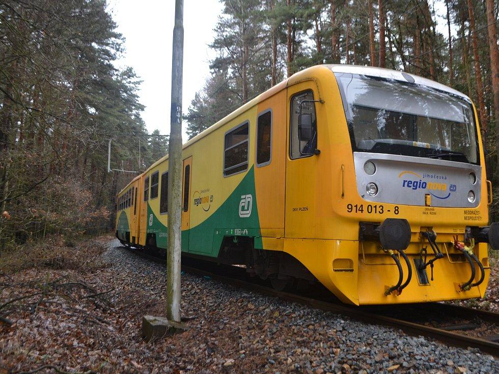 Mezi obcemi Bechyňská Smoleč a Všechlapy si v úterý v lese mladý muž lehl na koleje a čekal na projíždějící vlak. Záchranka zraněného transportovala vrtulníkem na traumatologii do Českých Budějovic.