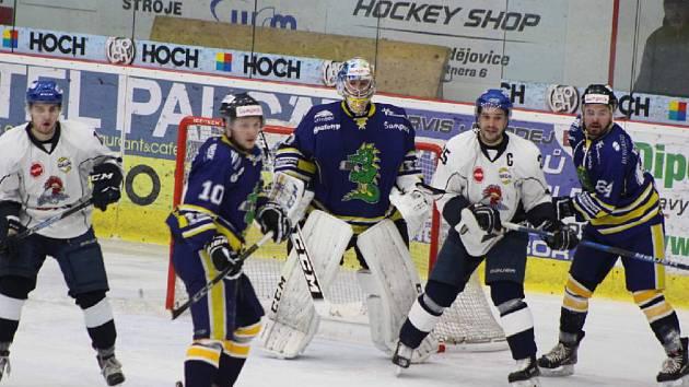 Před šumperskou brankou hlídkují Dominik Točík a Jakub Matušík (zleva).
