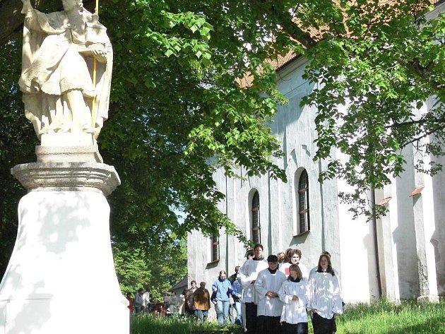 Po roce se na svůj podstavec vrací socha svatého Donáta