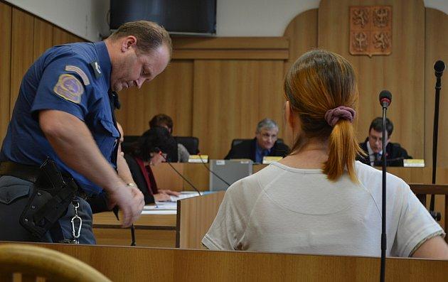 Obžalovaná v soudní síni.