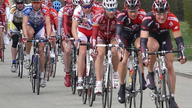 V popředí cyklistického balíku byly v popředí vidět především dresy závodníků z pražských týmů Sparty a Dukly.