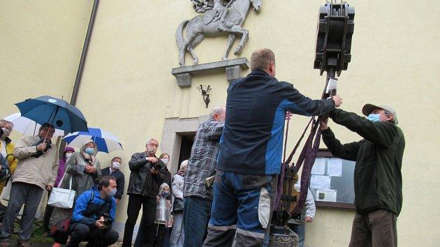 Zavěšení zvonu v Plané nad Lužnicí