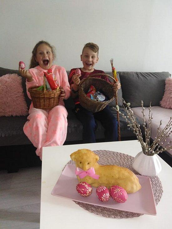 """Na snímku jsou David Polonyi a Ella  Polonyiová z Veselí nad Lužnicí.""""Chlapi nás vyšupali a dostali vajíčko. Jinak si koledu děti hledaly po bytě,"""" říká maminka Pavlína Bucková."""