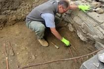 Na snímku archeolog Jiří Beneš při práci.