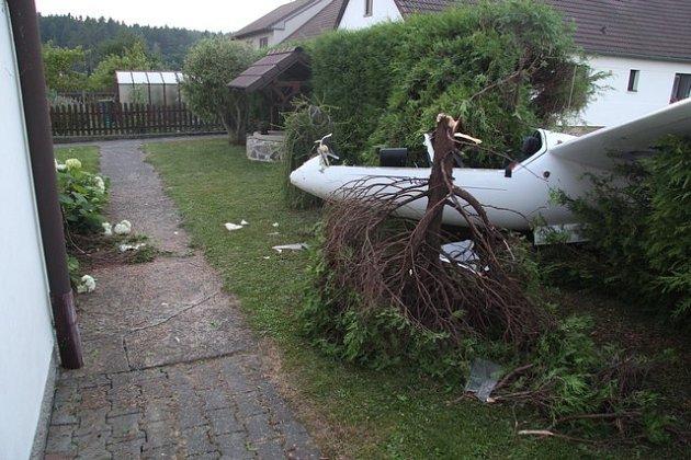 Sedmačtyřicetiletý pilot loni vsrpnu při nouzovém přistání havaroval do plotu na Krotějově uSoběslavi.