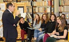 Vzácná návštěva na táborském gymnáziu - francouzský velvyslanec v České republice Roland Galharag
