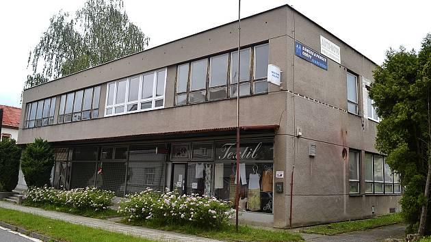 Právě v tomto objektu bývalého domu služeb v Bechyni by mělo být po důkladné rekonstrukci nově otevřeno Mezinárodní muzeum keramiky.