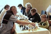 Partičku si se starším šachistou troufnout zahrát i ti nejmladší.