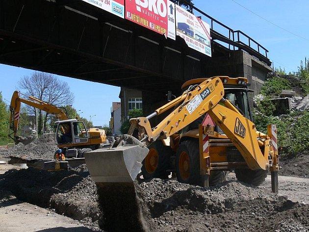 Práce na přeložení sítí pod táborskými Černými mosty již končí. Stavbaři se poté přesunou na most a začnou s jeho demontáží. Pro cestující ve vlaku tak od soboty na deset dnů začnou výluky