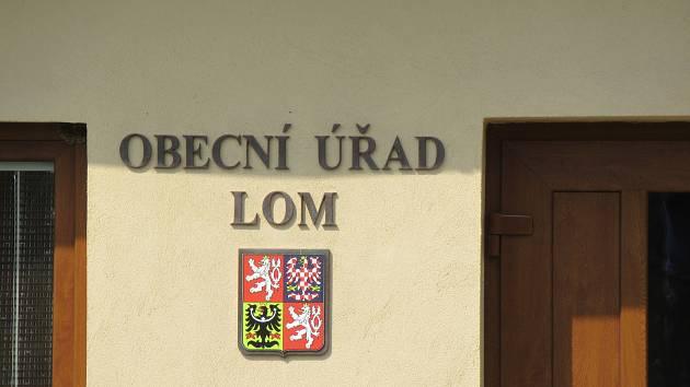 Mezi 25 znaky a vlajkami měst a obcí v Čechách a na Moravě schválených Poslaneckou sněmovnou v letošním roce od heraldika a vexilologa Jana Tejkala byly i komunální symboly Lomu na Táborsku.