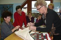 V plánské knihovně se učili patchwork