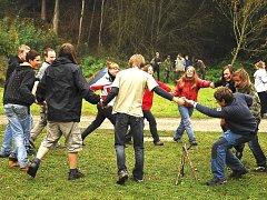 Při jedné z her, kdy skauti navazovali kontakty, se  drželi za ruce a chodili kolem dřevěné trojnožky. Kdo ji shodil, vypadl ze hry.