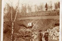 VCHOD DO JESKYNĚ. Takto vypadal vchod do Chýnovské jeskyně v roce 1909.  Dnes k němu vedou schody.