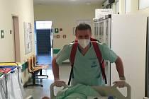 Desátník Jakub Růžička pomáhá během pandemie v sociálních zařízeních pro seniory.
