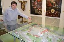 Daniel Abazid zve návštěvníky do Rožmberského domu na náměstí Republiky na novinku stálé expozice: model historické Soběslavi.