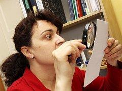 Ludmila Kulhavá je soudní znalkyní v oboru grafologie.