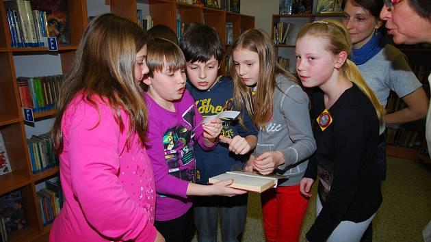 NOC PLNÁ ZÁBAVY. Na každoroční akci Noci s Andersenem se v plánské knihovně scházejí děti ze zdejší základní školy. Na fotografii jsou čtvrťáci. Tato sešlost jen jednou z mnoha, kterou knihovna pořádá.