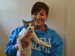 Marcela Bětíková s kočkou, která je v psím útulku netypickým hostem.