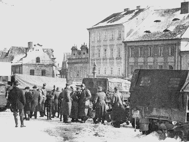 Němečtí vojáci, jak je zachytil fotograf, se svojí bojovou technikou  na táborském Žižkově náměstí dne 16. března roku 1939.