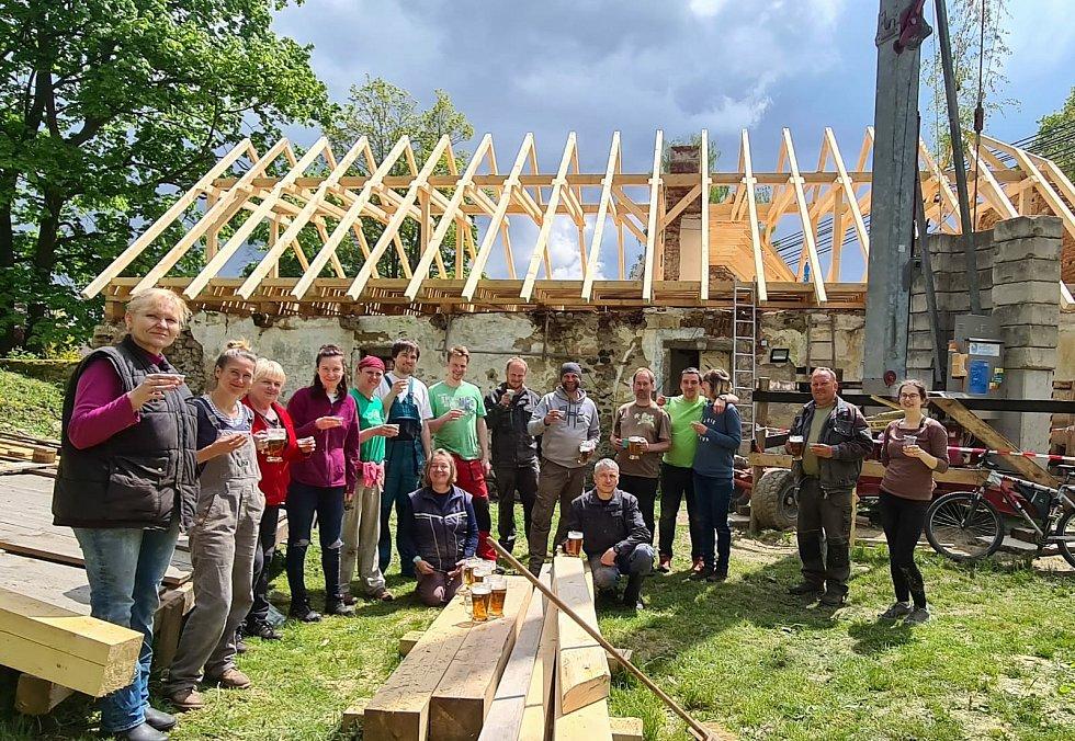 V sobotu 29. května asi dvě desítky lidí pomáhaly s obnovou historického mlýna v Jistebnici.