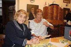 V Bechyni odvolila pravnučka Františka Křižíka Helena Schmausová Shoonerová (vpravo), vlevo její sestra Jana Schmausová Vydrová.