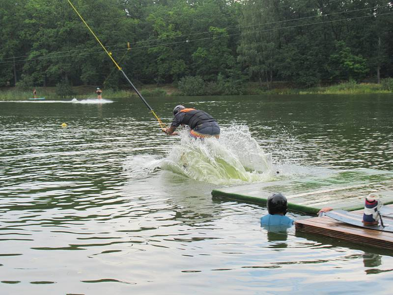 Kemp Karvánky mezi Soběslaví a Veselím nad Lužnicí hostil v sobotu 15. srpna již popáté závodníky na wakeboardech a wakeskatech.