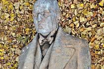Socha Antonína Švehly z dílny sochaře J. V. Duška.