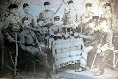 Do první světové války narukoval také František Fau z Chotčin. Na snímku je zřejmě zachycený jako první zleva.