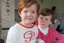 Pětiletá Markétka (vlevo) je pro Nelu velkou pomocnicí. Hodně si s ní hraje, a tím ji učí.