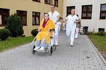 NÁVŠTĚVY DOBROVOLNÍKŮ. Na oddělení následné péče v táborské nemocnici se o pacienty nestarají pouze doktoři, ale i ochotní dobrovolníci.