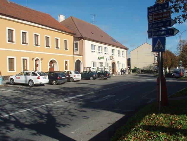 Barva se začíná z přechodu na chýnovském náměstí  ztrácet. Přitom silnice je hlavní tah na Pelhřimov.