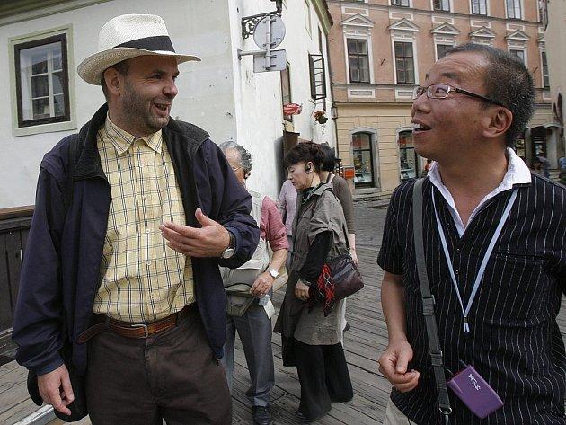 Krumlovský průvodce Stanislav Jungwirth se do ciziny za prací nechystá – míní, že nejvíc poznatků mohou turisté získat od jazykově vybaveného místního průvodce.