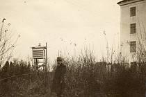 Meteorolog Jaroslav Maňák u své stanice, na níž v roce 1929 naměřil rekordní teplotu mínus 42,2°Celsia.