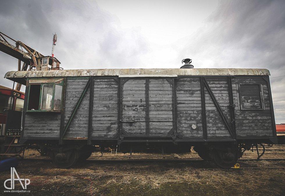 Parta nadšenců si postavila ve vlaku saunu.