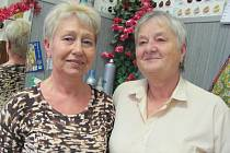 POSLEDNÍ VÍTĚZKY. Z původní party sedmi žen dodnes ve stejném kadeřnictví pracují už jen dvě: Eva Růžičková (vpravo) a Marie Rauchová, která dnes za provozovnu zodpovídá.
