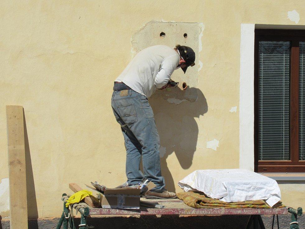 Malíř a grafik se narodil v domě číslo popisné 40 v rodině panského kováře. Nyní ho zdobí jako vzpomínka pamětní deska s jeho portrétem od sochaře Martina Skalického.