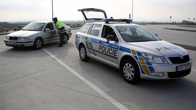 POLICIE NA DÁLNICI. Hned dva řidiči se o svátcích postarali o uzavření úseků nové dálnice D3 u Tábora. Ilustrační foto