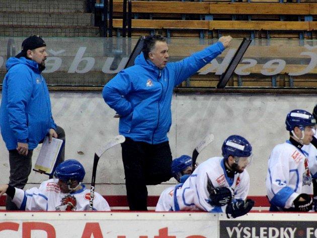 Trenéři Jaroslav Drda a Pavel Zenkl (zprava) na střídačce svého týmu.