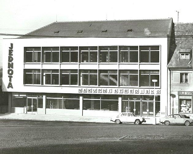 Mladovožická Jednota slaví čtyřicet let svého vzniku. Od otevření nákupního střediska vroce 1977se změnilo mnohé.