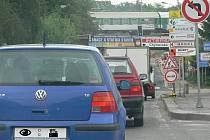 V křižovatce pod Černými mosty musejí řidiči stále počítat s možností tvoření kolon.